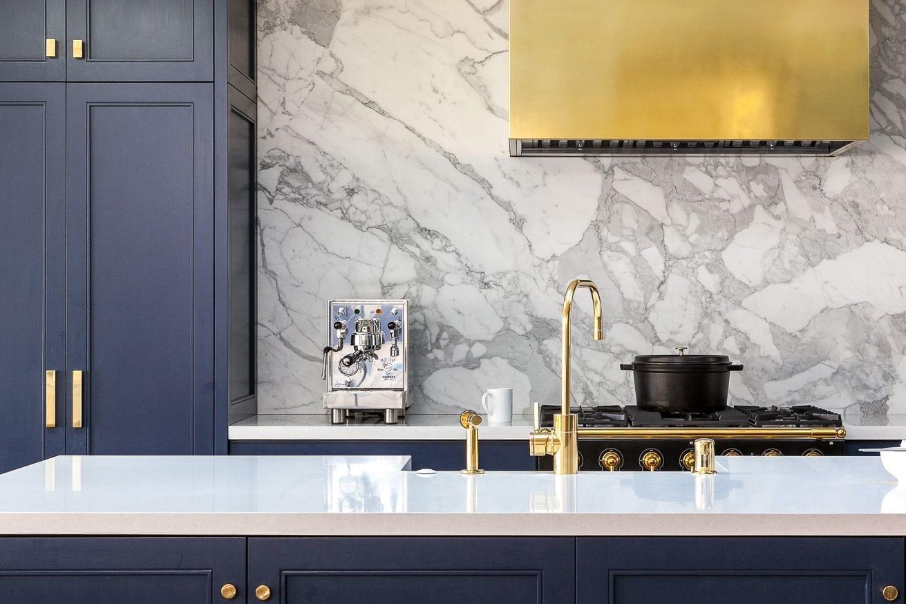 Il calore dell'oro dà un tocco glamour alle cucine moderne