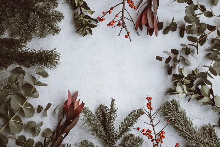 Design camera da letto verde bosco con le ghirlande natalizie