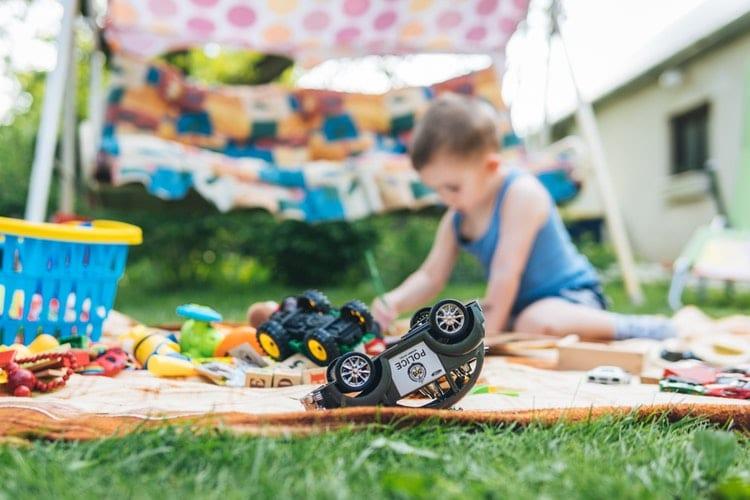 Cameretta Montessori e cesti per giochi