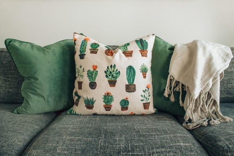 La scelta dei cuscini e come valorizzarli con i migliori tessuti per il tuo arredamento